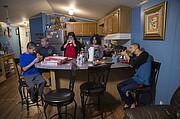 La familia Pineda cena junta en la cocina de su casa móvil en Lothian, Maryland. La familia se mudó a la zona cuando Ricardo Pineda fue dado de baja del Ejército en 2014.