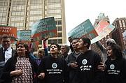 Verónica Castro, a la izquierda, y su familia llegando al edificio federal Fallon, en Baltimore, para su chequeo con las autoridades de inmigración. Estaban rodeados de activistas.