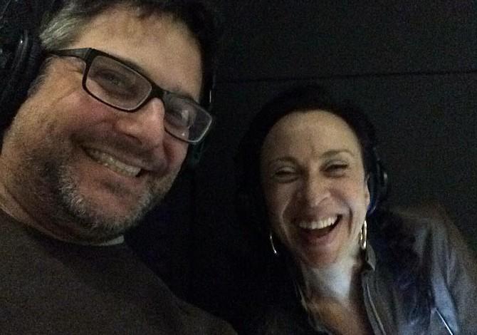 Dos latinos nominados a los Webby Awards por su programa de podcasts