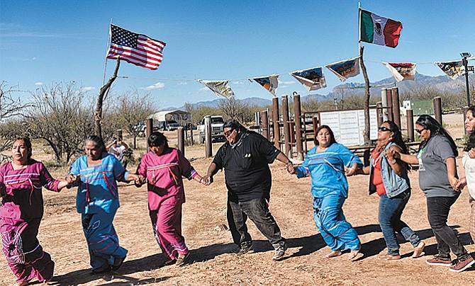 Tribu podría quedar dividida  si se construye el muro
