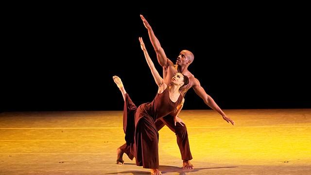"""Belen Pereyra y Collin Heyward, bailarines de Alvin Ailey American Dance Theater, interpretando la obra """"Revelations"""", original de la compañía de danza."""