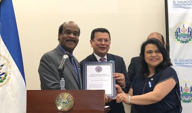 Isiah Leggit del Condado de Montgomery entregó un reconocimiento a la institución, recibido por la Cónsul Ena Úrsula Peña