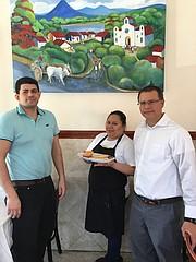 De izq. a der.: Lorenzo Guevara, Sonia Quijada Guevara y Geovany Flores en la sede de Pupusas Express en Herndon, VA.