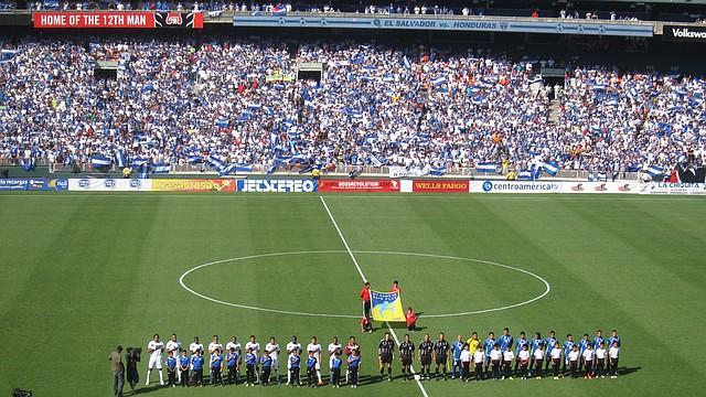 CASA LLENA. Honduras y El Salvador se midieron en el estadio RFK en 2015 con un lleno hasta la bandera.