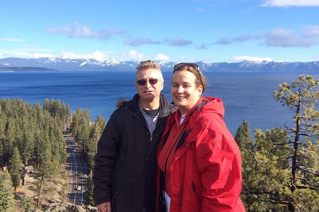 Lauren Lake, de 51 años, y su esposo Steven, de 55, de Truckee, California, reciben asistencia para sus gastos de bolsillo, que los ayuda a poder tener cobertura de salud.