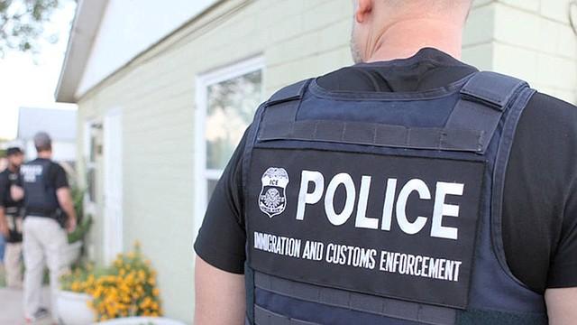 """Oficiales y agentes del Servicio de Inmigración y Aduana de los Estados Unidos (ICE, por sus siglas en inglés) han usado durante años chaquetas y chalecos con el nombre """"POLICE ICE"""" (Policías de ICE). Se identifican a sí mismos como oficiales policiales cuando llaman a las puertas en búsqueda de inmigrantes indocumentados."""