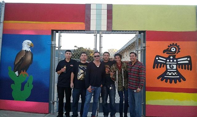 Los muralistas, de izquierda a derecha, Eric de la Rosa, Guillermo Valenzuela, César Castaneda y Germán Corrales con Moisés Villalpando, el decano de Perkins Elementary School.