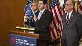 El presidente de la Cámara Paul Ryan, R-Wis., Sostiene una copia de la Ley Americana de Cuidado de la Salud, mientras que el representante Greg Walden, R-Ore. (Derecha) y el líder de la mayoría de la Cámara, Kevin McCarthy, R-Calif., Escuchan durante una conferencia de prensa en el edificio del Capitolio en Washington el 7 de marzo de 2017.