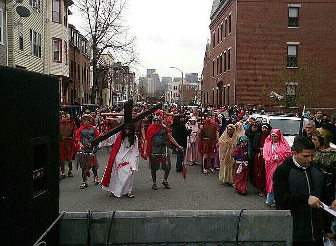 Representación del viacrucis en East Boston
