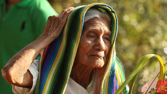TRADICIÓN. En Latinoamérica cumplen con las tradiciones de la Semana Mayor con mucha devoción como esta señora el Domingo de Ramos en El Salvador.