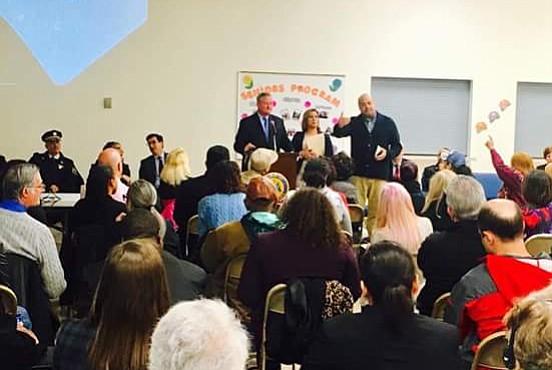 El alcalde Jim Kenney ante el público