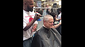 El gobernador Baker se corta el cabello para apoyar la labor investigativa del Dana Faber Cancer Institute