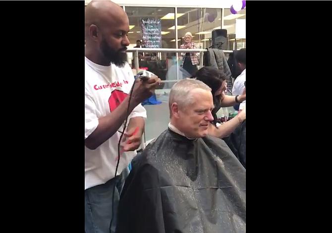 Así quedó el gobernador Baker tras afeitarse el cabello por una buena causa