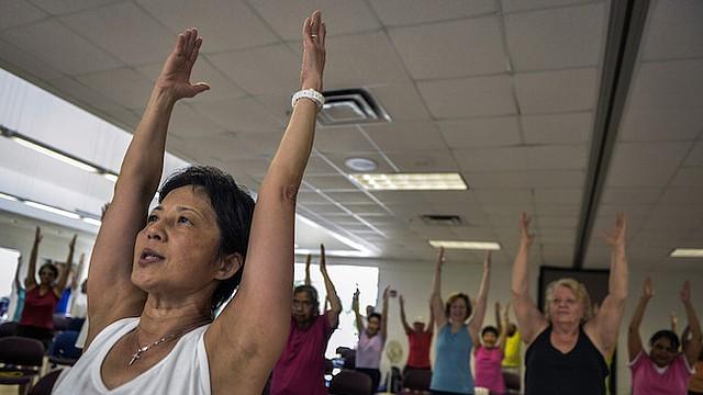 Instructor Jane Chente Wu Adams lidera su clase de personas mayores en sus ejercicios en Burtonsville, MD. Ella empuja a sus estudiantes a pensar mientras se resuelven haciendo que cuenten sus repeticiones en múltiplos inusuales o en otros idiomas. A medida que el Alzheimer se hace más común en una sociedad envejecida, más están tomando medidas para prevenir o al menos posponer su aparición.