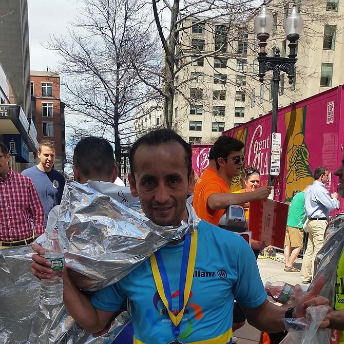 Sergio, de Bogota, está muy feliz con el tiempo logrado en su primera carrera en Boston. Dijo que unos 50 colombianos llegaron este año a correr en Boston. Les dice a los colombianos del área que si se quiere, se puede.