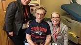 Jessica Peters (MD) y Adelina Vega (BSN-CHW) con la paciente Linda Callahan