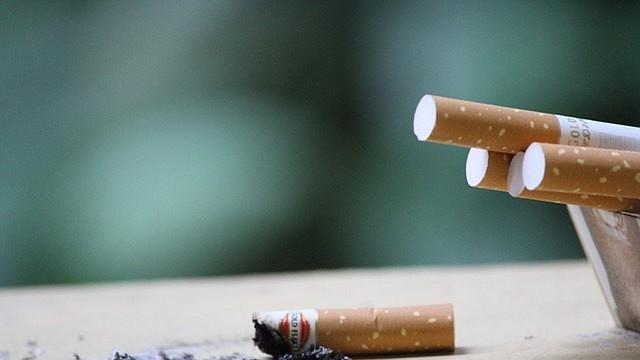 Un estudio publicado en la revista Tobacco Control encontró altos niveles de nicotina en las manos de los niños que conviven con fumadores, lo que genera preocupación por el llamado humo de tercera mano.