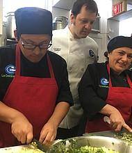 ESTUDIANTES. Los estudiantes Oscar Leguía e Hingris Estrada, con el chef  Christian Irabian y la fundadora de La Cocina VA, Patricia Funegra.