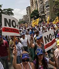 Un grupo de manifestantes quema un muñeco de trapo con la fotografía del presidente venezolano Nicolás Maduro hoy, miércoles 19 de abril de 2017, en Caracas.