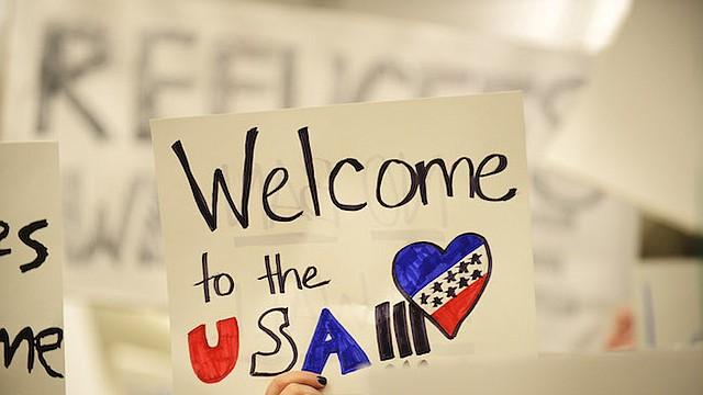 La gente reaccionó al veto migratorio de Trump con carteles de bienvenida en algunos aeropuertos de Estados Unidos. A pesar de ello, muchos viajeros cambiaron sus planes para alejarse de las ciudades estadounidenses.