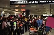 La gente protesta y da la bienvenida a los pasajeros que llegan al Aeropuerto Internacional Washington Dulles.