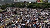 Miles de personas participan en una manifestación en contra del Gobierno venezolano ayer, miércoles 19 de abril de 2017, en Caracas, Venezuela.