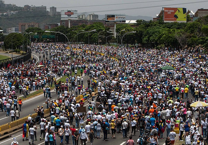 Crece tensión política en Venezuela mientras la oposición convoca nuevas protestas