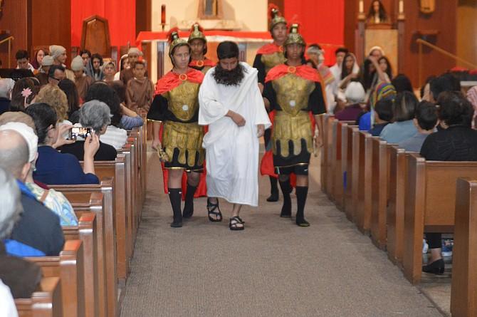 Niños y adolescentes de la escuela de la Iglesia Católica Santa Rosa de Lima, efectuaron la emotiva representación del calvario.