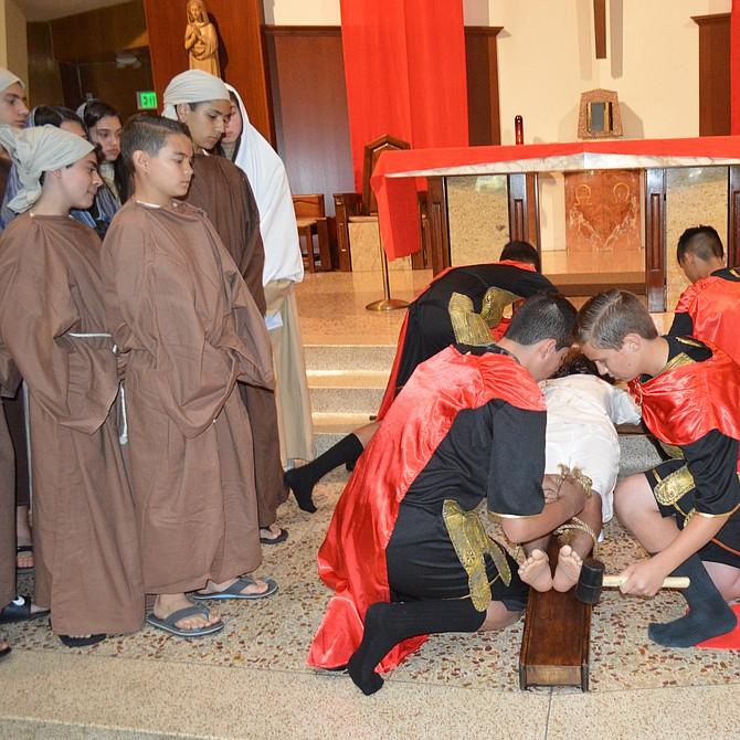 El Mesías al ser clavado en la cruz.