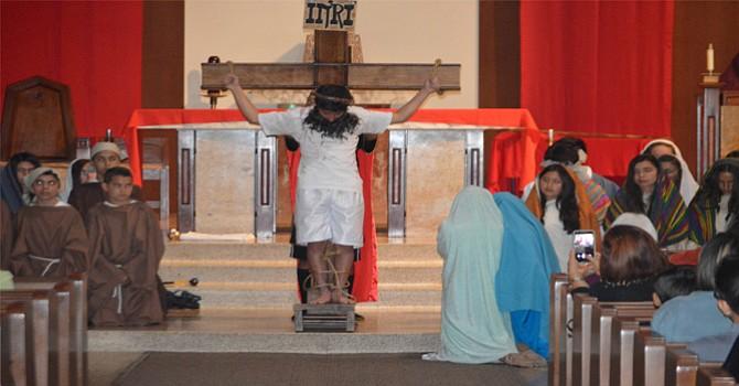 Jesús crucificado, una expresión dramática del sufrimiento del Mesías, representada por niños y adolescentes de l escuela de la Iglesia Católica de Santa Rosa de Lima en Chula Vista. Foto: Horacio Rentería/El Latino San Diego.