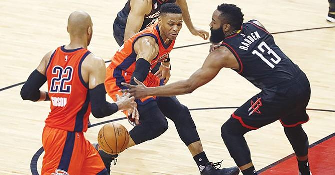 118-87. Harden y Houston Rockets destrozan a Westbrook y Oklahoma Thunder El jugador de los Thunder de Oklahoma City, Russell Westbrook (C) pasa la pelota a su compañero Taj Gibson (i) contra el escolta de los Rockets de Houston, James Harden (d) en la primera mitad del juego uno de su partido de baloncesto de la Conferencia Oeste de la NBA en el Toyota Center de Houston, Texas. EFE/USA.