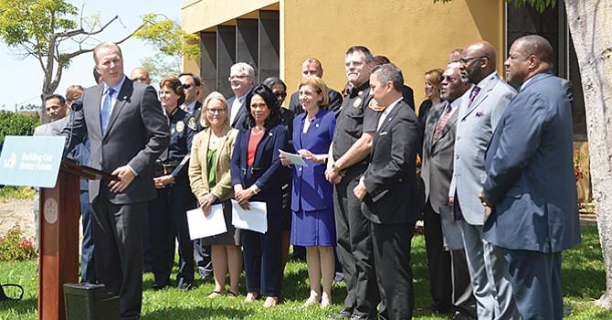 El alcalde Kevin Faulconer, acompañado de sus colaboradores cercanos, durante la conferencia de prensa. Foto: Horacio Rentería/El Latino San Diego.