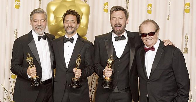 """Jack Nicholson junto a George Clooney, Grant Heslov y Ben Affleck tras entregarles el premio """"scar por 'Argo' en la 85 ediciÛn de los """"scar en el Dolby Theatre de Hollywood, California, en febrero de  2013. . EFE/EPA/PAUL BUCK"""
