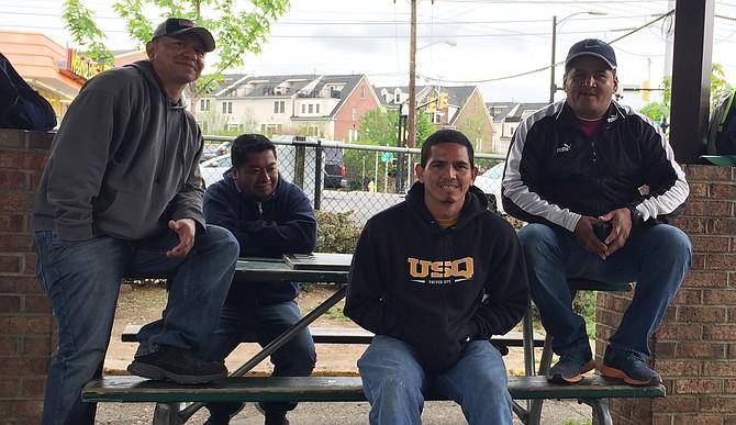 JORNALEROS.Los hondureños José Reyes (izq.), Erick Castillo (der.) y Ángel Orellana (2do. der.), en espera de un empleador, el miércoles 19 de abril de 2017.