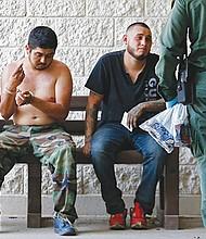 Agentes de la Patrulla Fronteriza de Estados Unidos (USBP) detienen a varios hombres sospechosos de haber cruzado el Río Grande para pasar ilegalmente la frontera con los Estados Unidos. EFE/Archivo