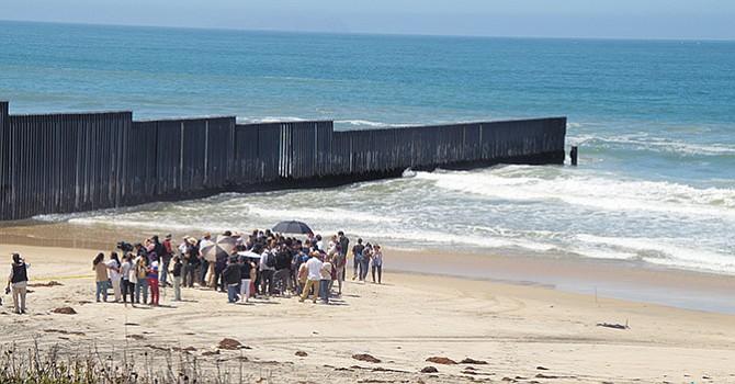 Integrantes de la Caravana Contra el Miedo llegan hasta el muro en Imperial Beach en su recorrido por la frontera con México. Fotos de Manuel Ocaño