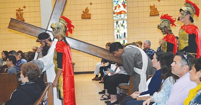 Miembros de la escuela de Santa Rosa de Lima, de la Iglesia Católica del mismo nombre, durante revivieron el dramático momento de la Pasión de Cristo.