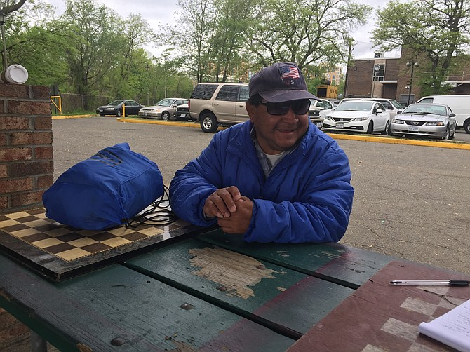 GUATEMALTECO. El trabajador Alfonso Vicente mientras esperaba por un empleador el miércoles 19 de abril de 2017 en Shirlington, VA.