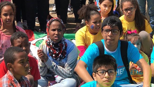 UNIÓN. Las razas y colores no tuvieron fronteras en la protesta que unió las voces infantiles para defender a sus padres inmigrantes.