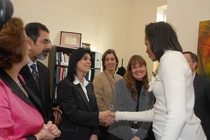 VISITA. Lyda Vanegas saluda a la ex Primera Dama de Estados Unidos, Michelle Obama, cuando esta visitó Mary's Center.