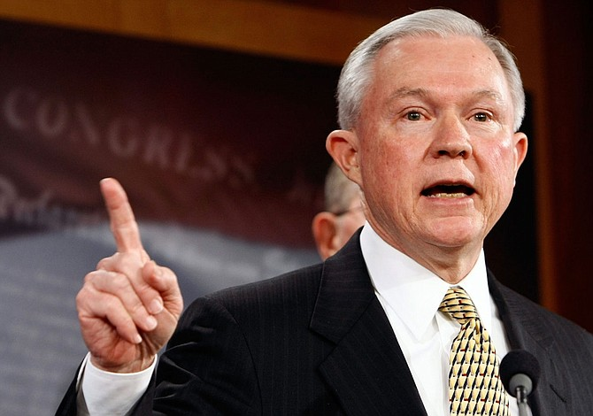 Sessions cuestiona que un juez de Hawai decida política migratoria de EEUU