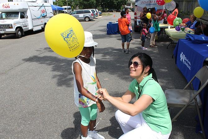 CON LA COMUNIDAD. Lyda Vanegas comparte con un niño en un Día de Diversión Familiar en Washington, DC.