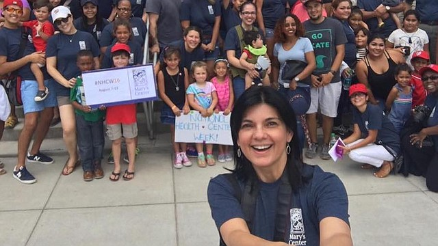"EN ACCIÓN. Lyda Vanegas se toma un ""selfie"" con un grupo de personas en un evento comunitario de Mary's Center."