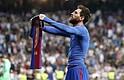El delantero argentino del FC Barcelona, Leo Messi, celebra el gol de la victoria ante el Real Madrid, durante el encuentro correspondiente a la jornada 33 de primera división, que disputaron en el estadio Santiago Bernabéu, en Madrid hoy domingo 23 de abril de 2017.