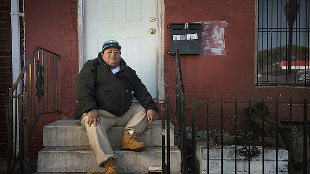 José Cedillo, un inmigrante hondureño de 41 años, quien solía trabajar como cocinero fue diagnosticado con diabetes. Por su estatus migratorio no pudo conseguir seguro médico, y hoy tiene una salud precaria y muchas veces duerme en las calles de Baltimore.