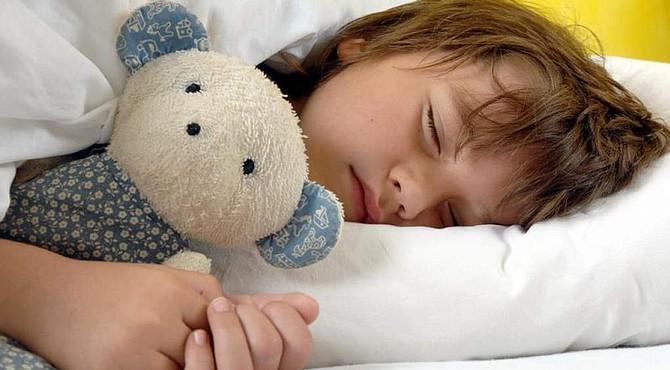 Hay razones científicas por las que los niños deben dormir temprano