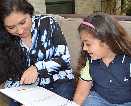 Isabella feliz junto a su mamá Andrea.