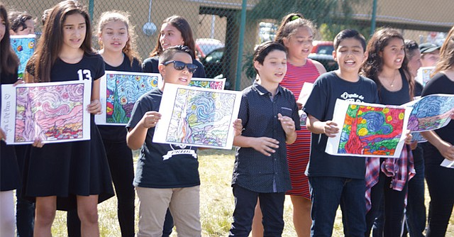"""Jóvenes adolescentes interpretaron una melodía del grupo español """"La Quinta Estación"""". Foto: Horacio Rentería/El Latino San Diego."""
