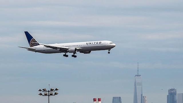 Un avión de United Continental Holdings Inc. se prepara para aterrizar en el Aeropuerto Internacional Newark Liberty en Newark, Nueva Jersey, el 12 de abril de 2017.