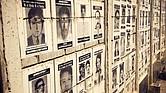 """Un muro de fotos de los desaparecidos en el Cementerio La Verbena en Ciudad de Guatemala, en el documental 'Encontrando a Oscar' (""""Finding Oscar"""")."""